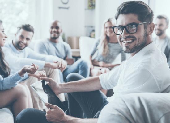 קבוצת טיפול עם אנשים שונים